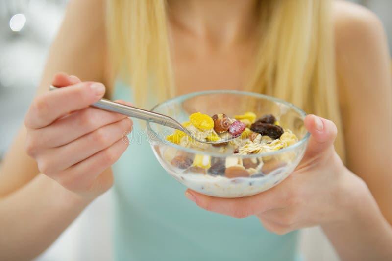 Zbliżenie na młodej kobiecie je zdrowego śniadanie zdjęcie royalty free