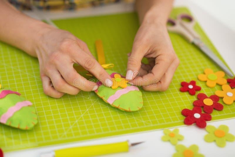 Zbliżenie na młodej kobiecie robi Easter dekoraci zdjęcia royalty free