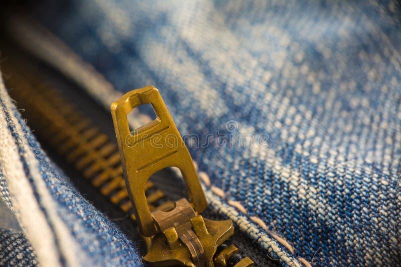 Zbliżenie na niebieskich dżinsach suwaczek i guzik zdjęcia stock