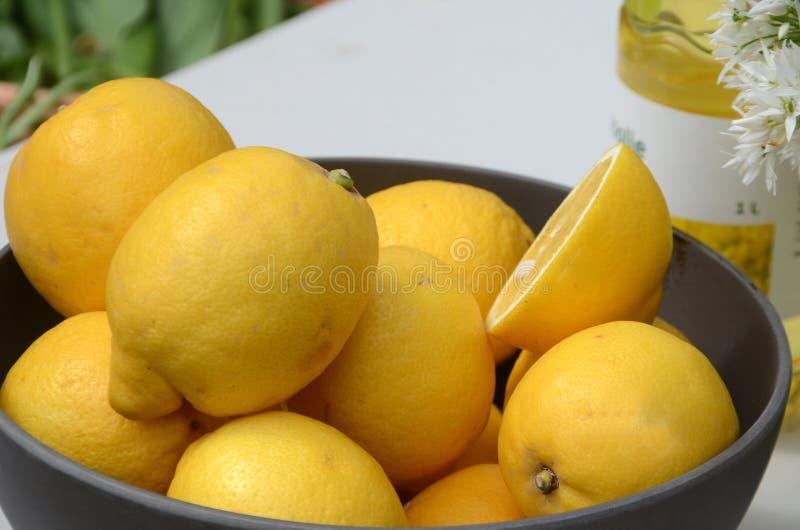 Zbliżenie na pucharze z żółtymi cytrynami zdjęcie stock