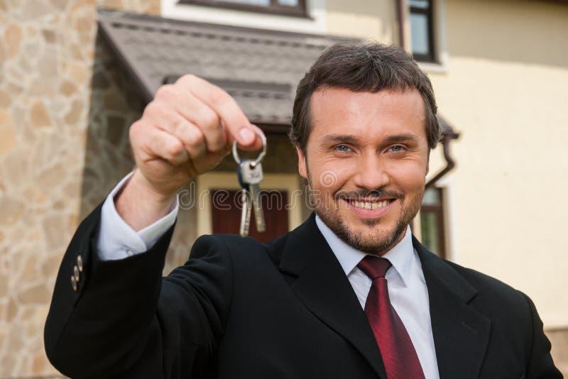 Zbliżenie na uśmiechniętym agencie nieruchomości przygotowywającym sprzedawać dom obrazy stock