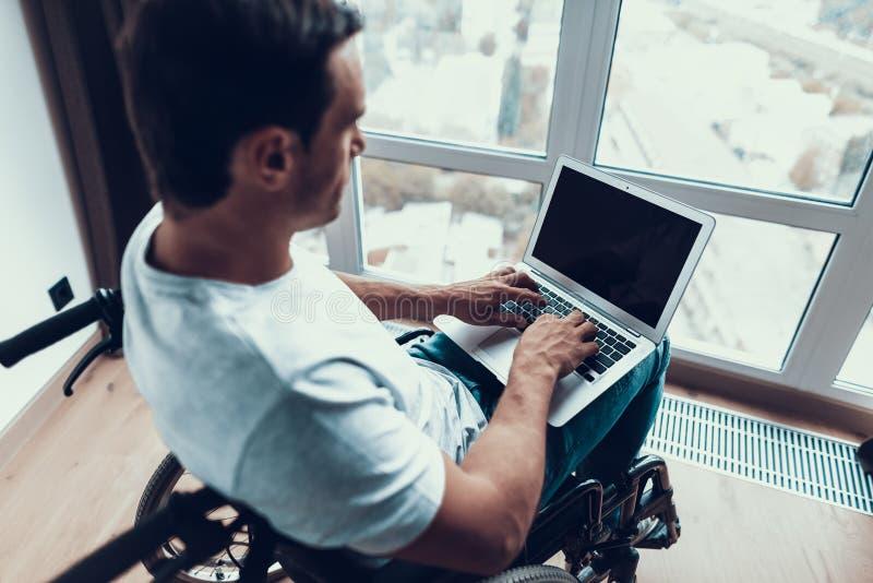 Zbliżenie Niepełnosprawny mężczyzna Używa laptop i Pisać na maszynie zdjęcia royalty free