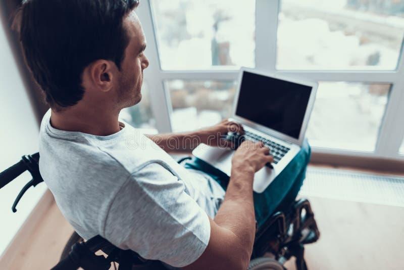 Zbliżenie Niepełnosprawny mężczyzna Używa laptop i Pisać na maszynie zdjęcie stock