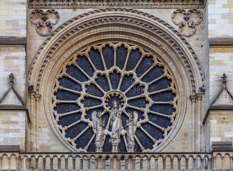 Zbliżenie notre dame de paris Katedralna fasada z starym różanym okno instalującym w 1225 który tworzy halo nad obrazy royalty free