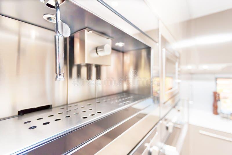 Zbliżenie nowożytny ścienny piekarnik w kuchni zdjęcia royalty free