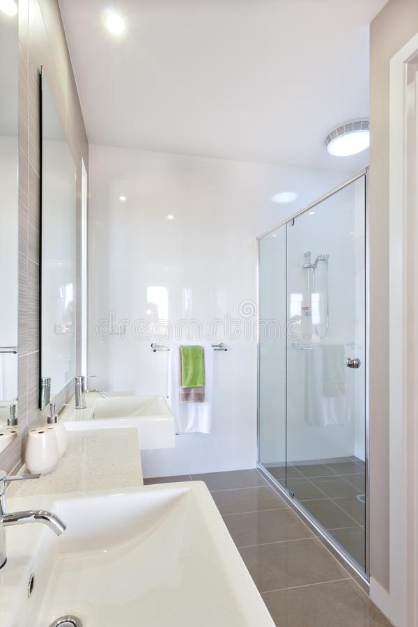Zbliżenie nowożytny washstand z srebnego faucet pobliskim lustrem w washroom obraz stock