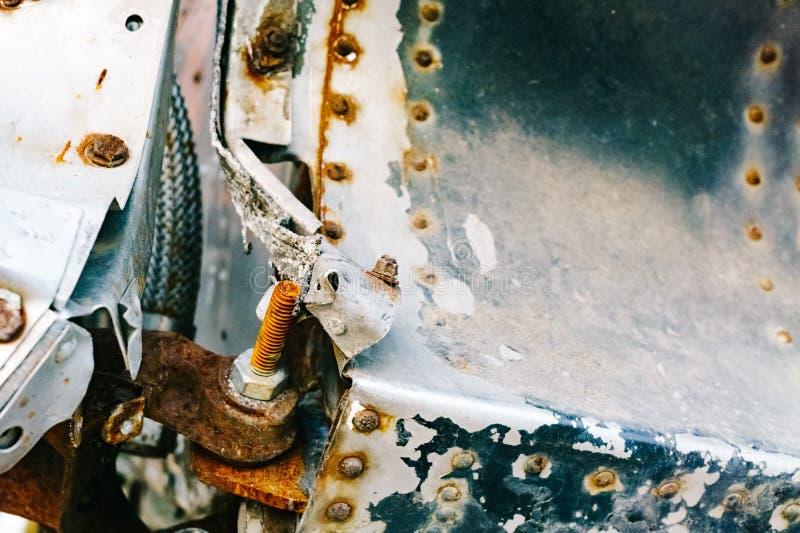 Zbliżenie ośniedziały zbutwiały metalu rygiel na starym milita i część zdjęcie stock