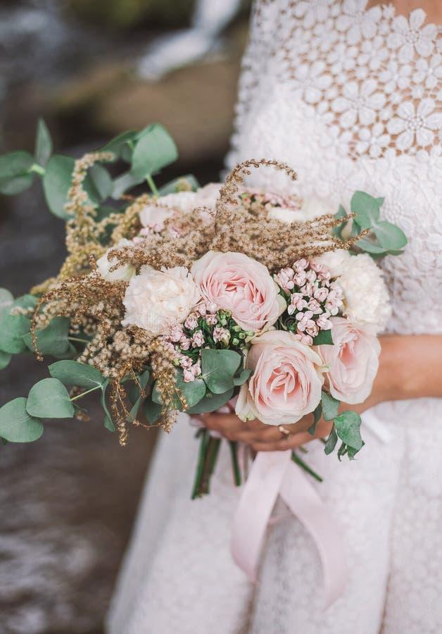 Zbliżenie odgórny widok doskonalić bridal bukiet fotografia royalty free