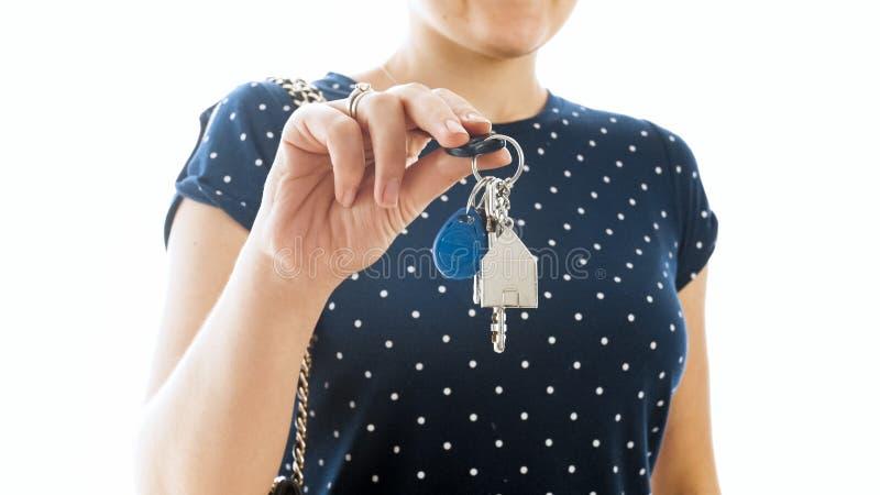 Zbliżenie odizolowywał fotografię młodzi agenta nieruchomości seansu klucze od nowego domu zdjęcie royalty free