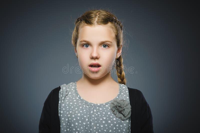 Zbliżenie Okaleczająca i szokująca mała dziewczynka Ludzki emoci twarzy wyrażenie obrazy stock
