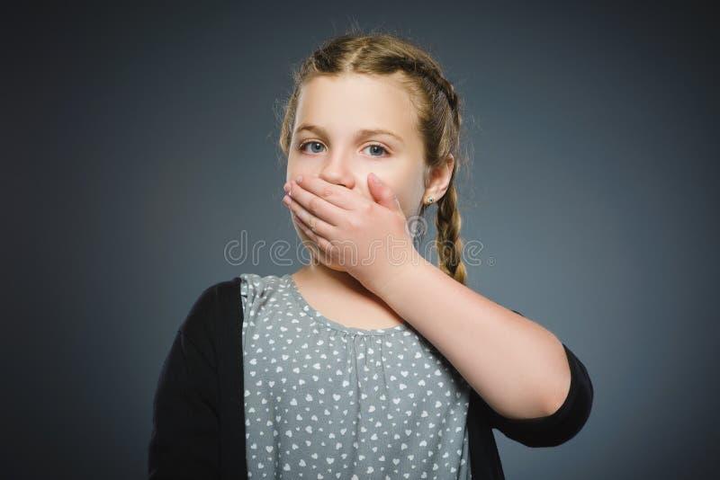 Zbliżenie Okaleczająca i szokująca mała dziewczynka Ludzki emoci twarzy wyrażenie obraz royalty free