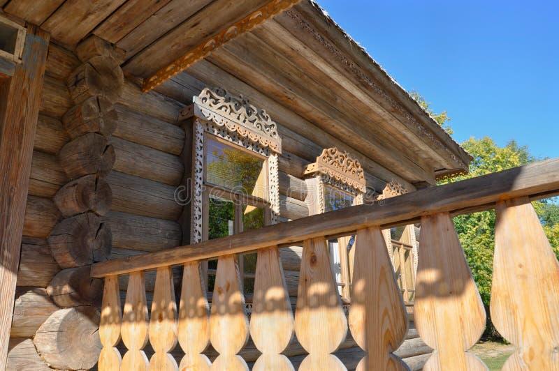 Zbliżenie okno z rzeźbiącą drewnianą ramą, dekorujący w tradycyjnym rosjanina stylu zdjęcia royalty free