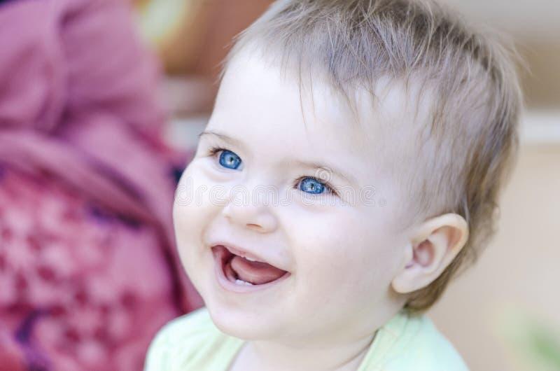 Zbliżenie ono uśmiecha się z jej pierwszy zębami szczęśliwy dziecko obraz royalty free