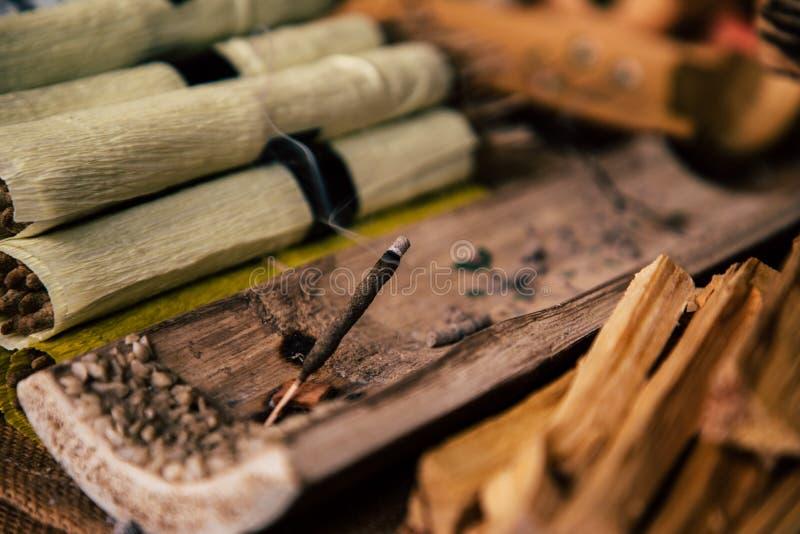 Zbliżenie palenia kadzidło na targowym stojaku obrazy royalty free