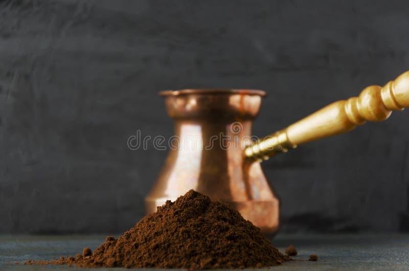 Zbliżenie palowa świeża kawa na zmroku stole przeciw czerni ścianie fotografia royalty free