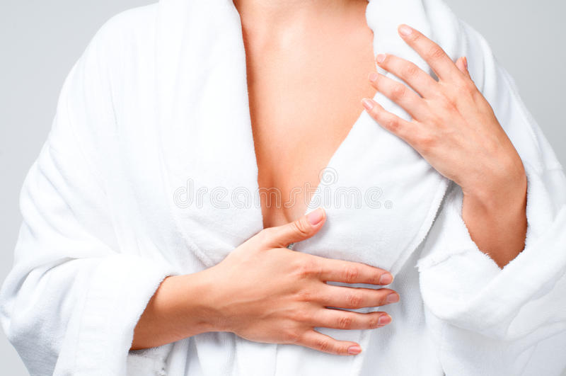 Zbliżenie piękna kobieta po skąpania w białym bathrobe zdjęcia stock