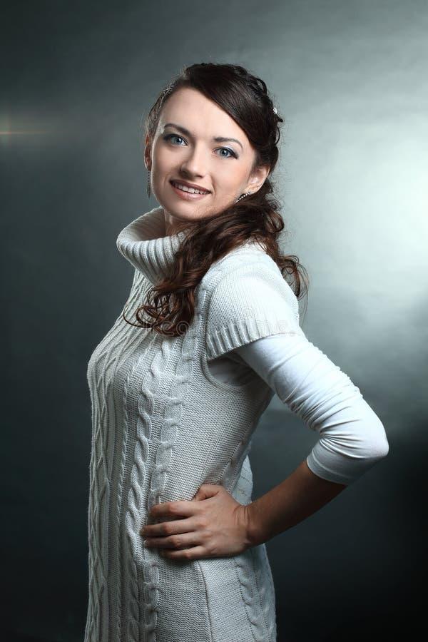 zbliżenie piękna młoda kobieta w białym pulowerze pozuje przed kamerą obrazy stock