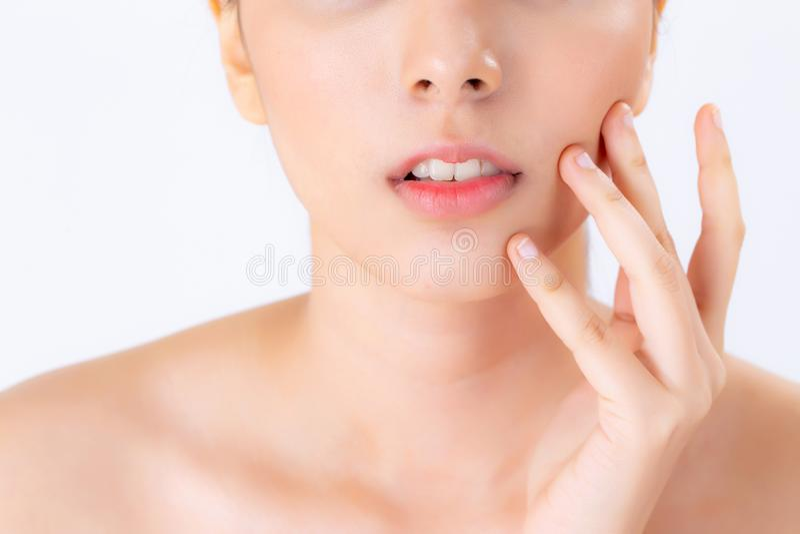 Zbliżenie pięknej kobiety azjatykci makeup kosmetyk, dziewczyny ręki dotyka policzek i uśmiech atrakcyjni, zdjęcie stock