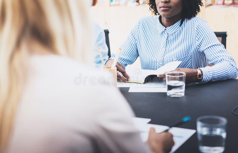 Zbliżenie pięknej kobiety robi biznesowy spotkanie w nowożytnym biurze Grupowi dziewczyn coworkers dyskutuje wpólnie nowego mody  zdjęcie stock