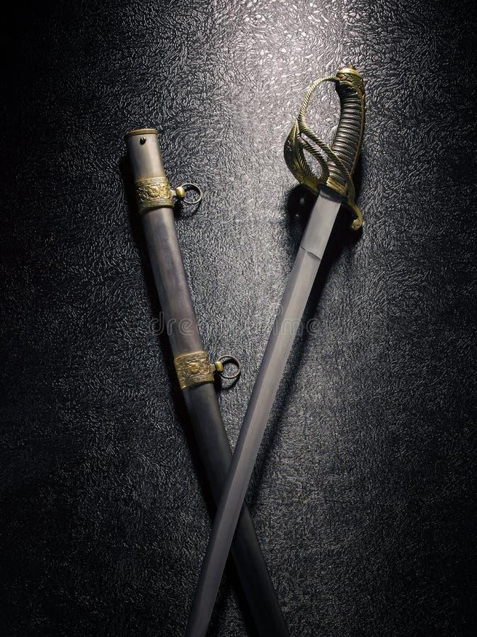 Zbliżenie piękny kordzika saber z scabbards przeciw zmrokowi fotografia royalty free