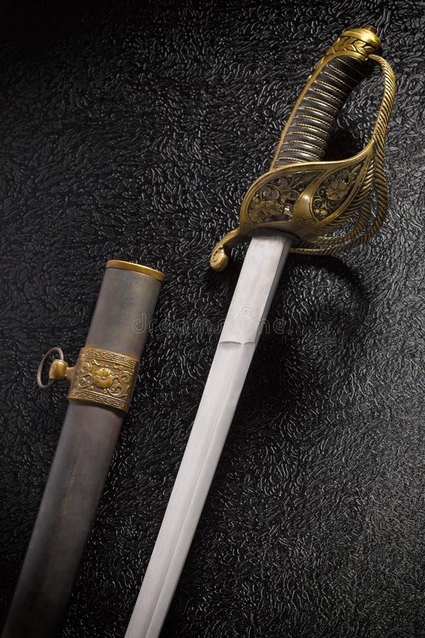 Zbliżenie piękny stary kordzika saber z scabbard przeciw a obraz stock