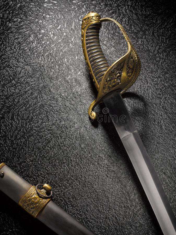 Zbliżenie piękny stary kordzika saber z scabbard przeciw a obrazy stock