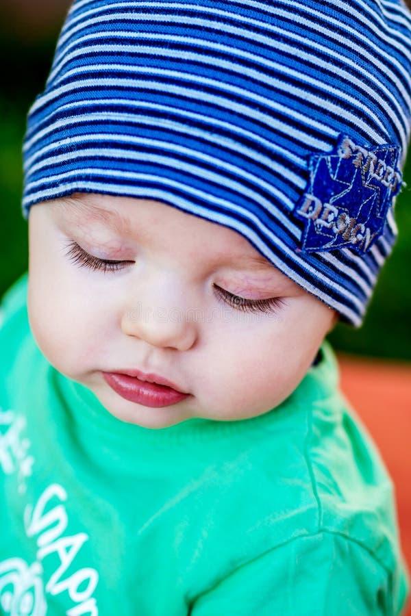 Zbliżenie piękny szczęśliwy dziecko z niebieskimi oczami obrazy stock
