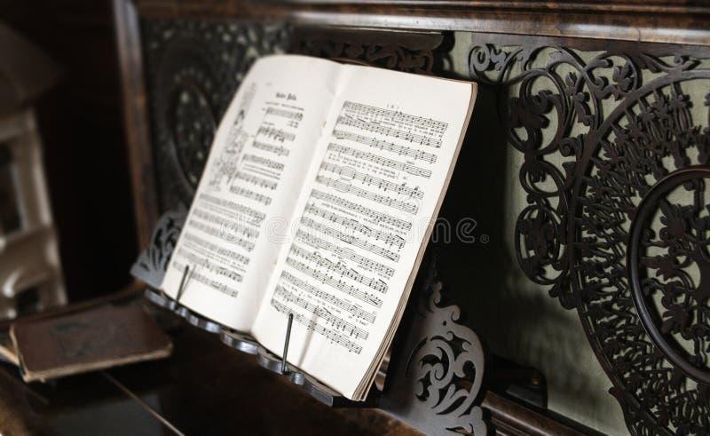 Zbliżenie pianino notatki na czarnym pianino stojaku z dekoracyjnym tłem obrazy royalty free
