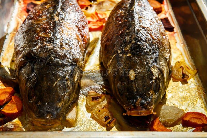 zbliżenie piec cała faszerująca ryba z warzywami obraz stock