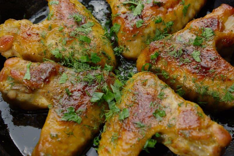 Zbliżenie piec kurczaków tosts na niecce i winggs zdjęcia stock
