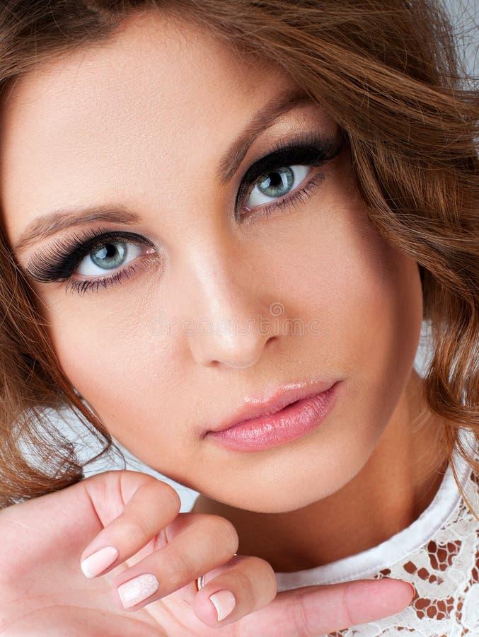 Zbliżenie pionowo portret piękna kobieta z seksownym spojrzeniem i fotografia royalty free