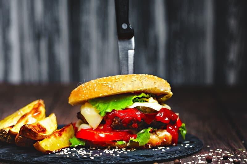 Zbliżenie podlewanie, wyśmienicie domowej roboty hamburgery z kni zdjęcie royalty free