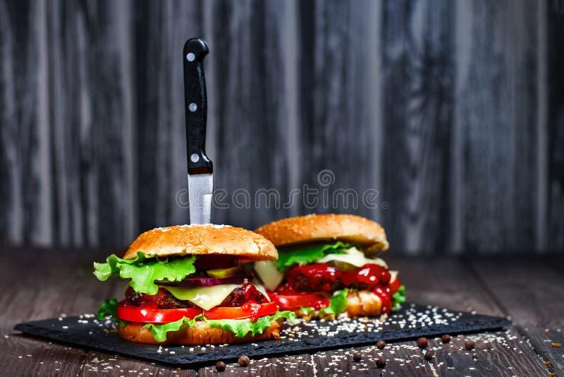 Zbliżenie podlewanie, wyśmienicie domowej roboty hamburgery z kni fotografia stock