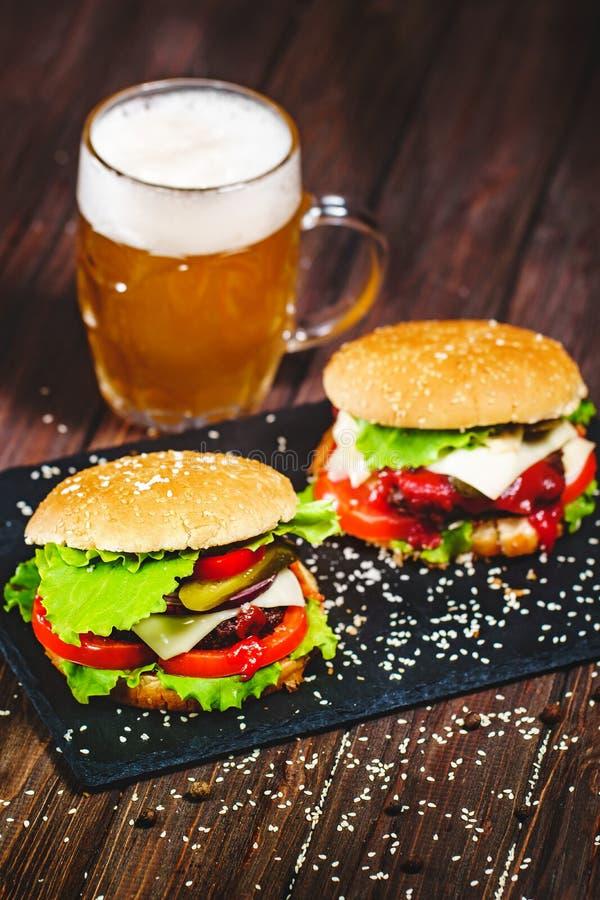 Zbliżenie podlewanie, wyśmienicie domowej roboty hamburgery z kni zdjęcia stock