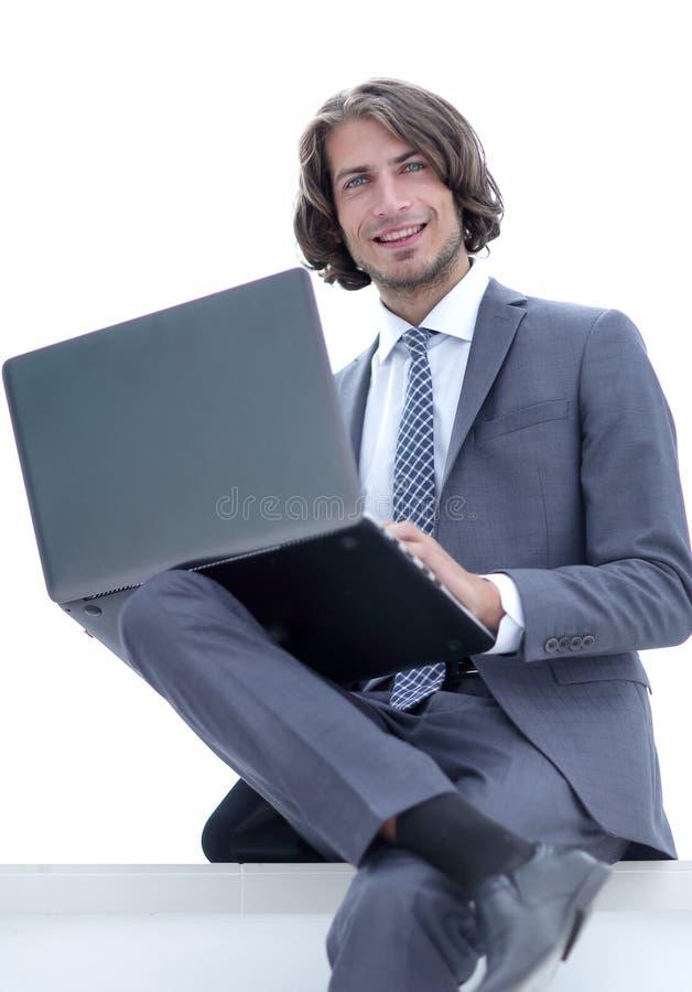 zbliżenie pomyślny biznesmen pracuje na laptopie fotografia stock