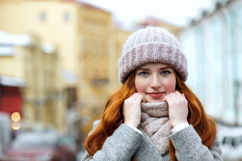 Zbliżenie portret ładna czerwona z włosami dziewczyna jest ubranym dziający ciepłego fotografia royalty free