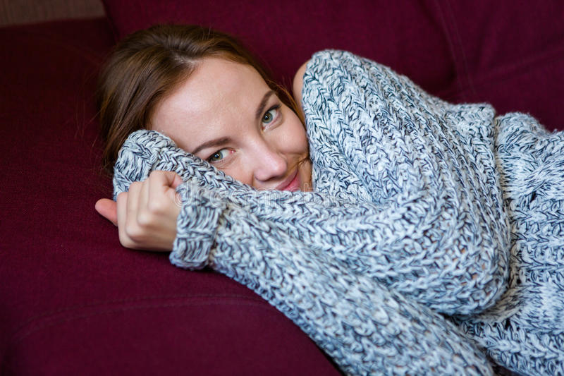 Zbliżenie portret śliczna powabna kobieta w popielatym trykotowym pulowerze fotografia royalty free