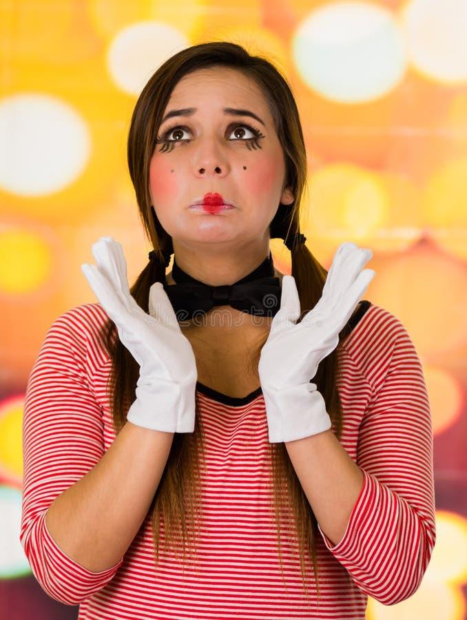 Zbliżenie portret śliczny młoda dziewczyna błazenu mim patrzeje smutny zdjęcie royalty free