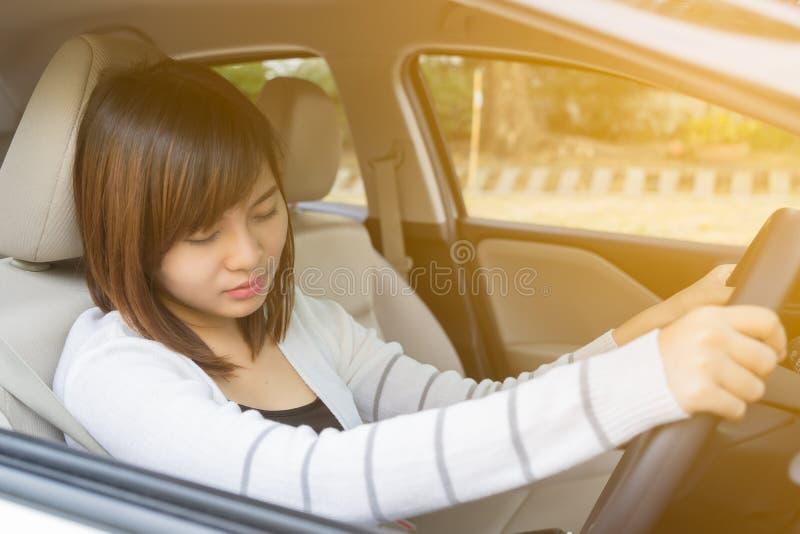 Zbliżenie portret śpiący, zmęczony, zakończenie przygląda się młodej kobiety jedzie h fotografia royalty free