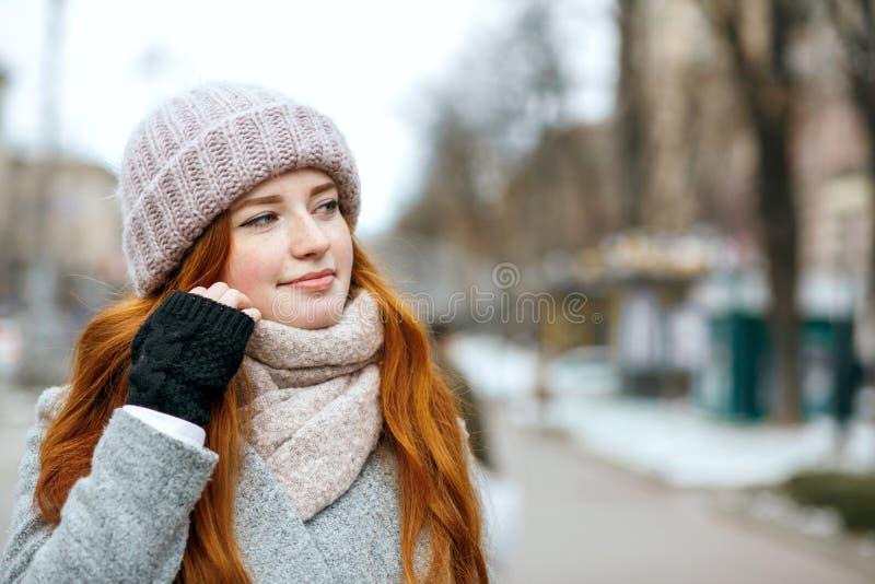 Zbliżenie portret atrakcyjna imbirowa dziewczyna z długie włosy wearin fotografia stock