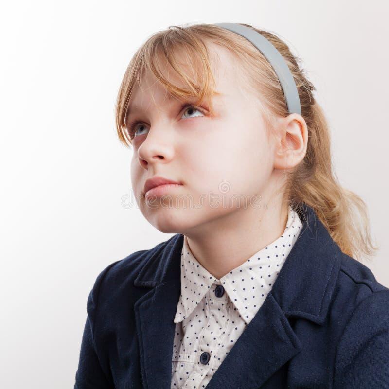 Zbliżenie portret blond Kaukaska myśląca uczennica na whit obrazy stock