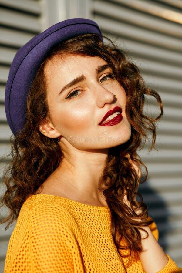 Zbliżenie portret cudowny brunetka model z czerwonymi wargami i c zdjęcia royalty free