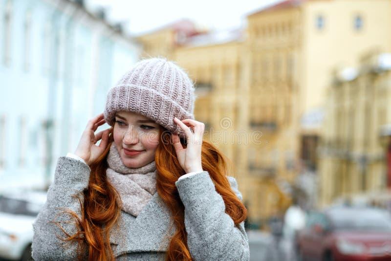 Zbliżenie portret czuła czerwona z włosami dziewczyna jest ubranym dziający ciepłego zdjęcie royalty free