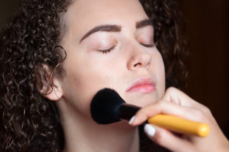 Zbliżenie portret dostaje fachowego makijaż z muśnięciem piękna kobieta Piękno i makeup pojęcie zdjęcia royalty free