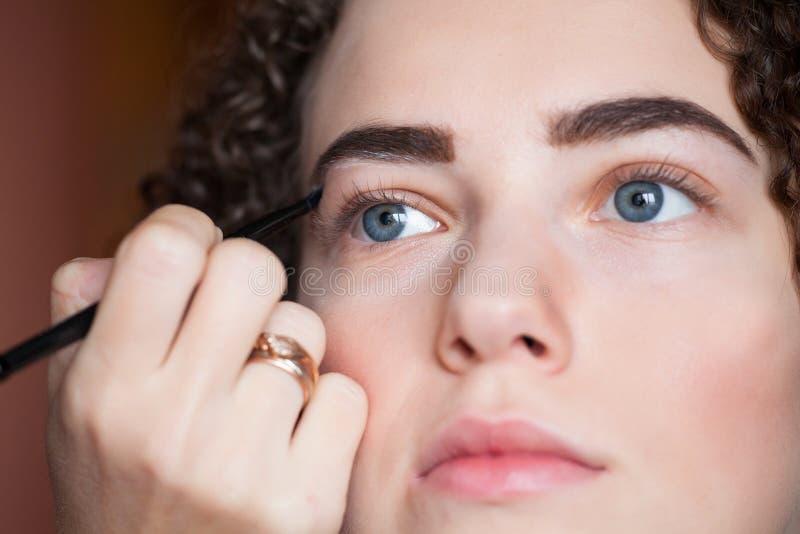 Zbliżenie portret dostaje fachowego makijaż z muśnięciem piękna kobieta Piękno i makeup pojęcie obraz royalty free