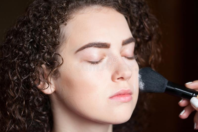 Zbliżenie portret dostaje fachowego makijaż z muśnięciem piękna kobieta Piękno i makeup pojęcie obrazy stock