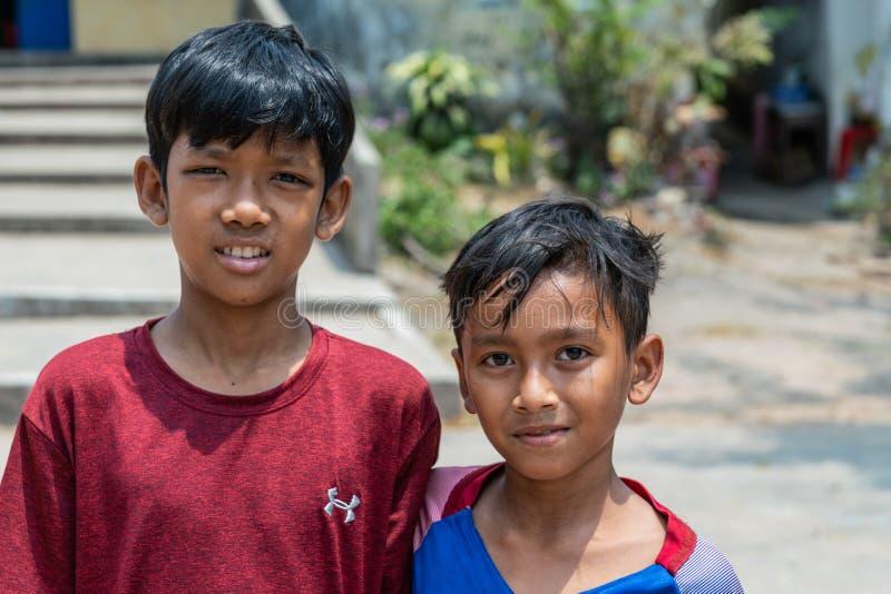 Zbliżenie portret dwa chłopiec w Sihanoukville Kambodża zdjęcie stock