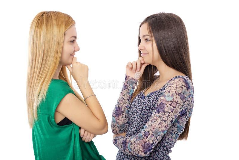 Zbliżenie portret dwa nastoletnich dziewczyn stać twarz w twarz z fotografia stock