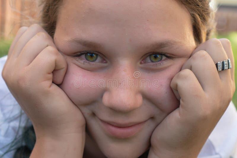 Zbliżenie portret dziewczyna 13 lat z zielonymi oczami fotografia royalty free