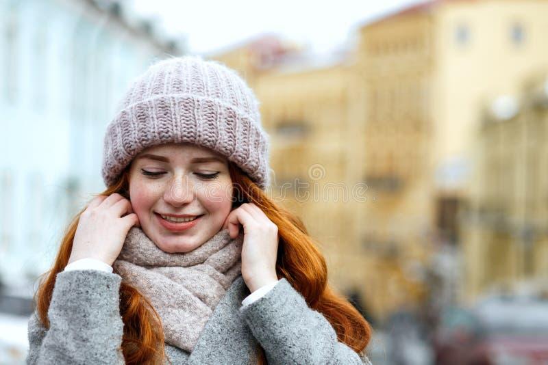 Zbliżenie portret elegancka czerwona z włosami dziewczyna jest ubranym dziający ciepłego zdjęcie stock